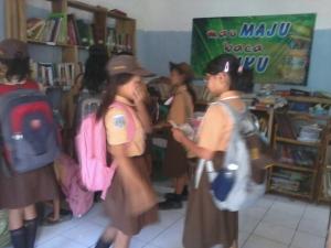 kegiatan anak-anak pinjam buku perpustakaan HARAPAN BANGSA | 0899 0386 292